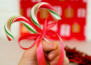 Two Christmas candies in hand - бесплатный image #347809