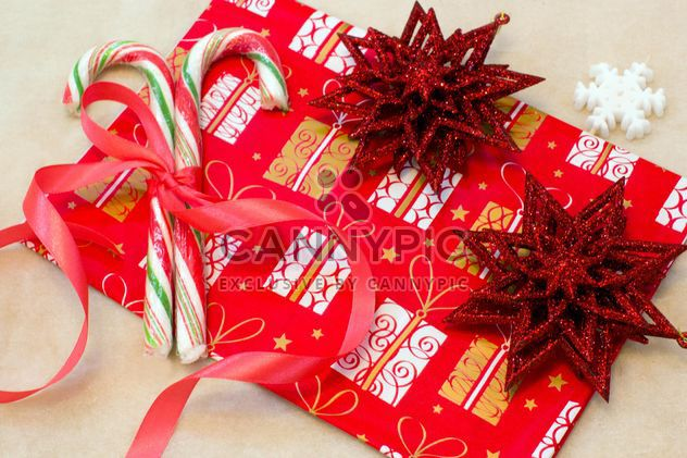 Красный рождественские украшения, конфеты и бумага - бесплатный image #347919