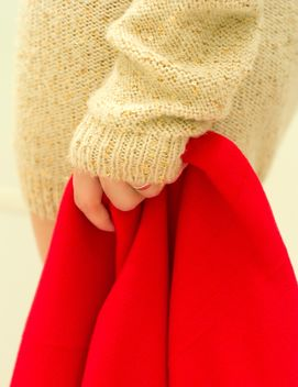 Red warm blanket in female hand - бесплатный image #347959