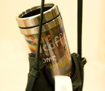 Thermo cup in handbag closeup - бесплатный image #348019