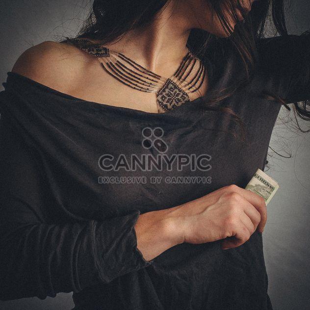 Jeune femme brune à collier - image gratuit(e) #348659