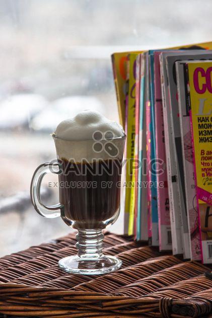 Xícara de café e a pilha de revistas - Free image #350309