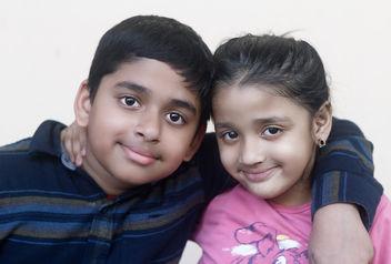 Hugging kids - image gratuit #351379