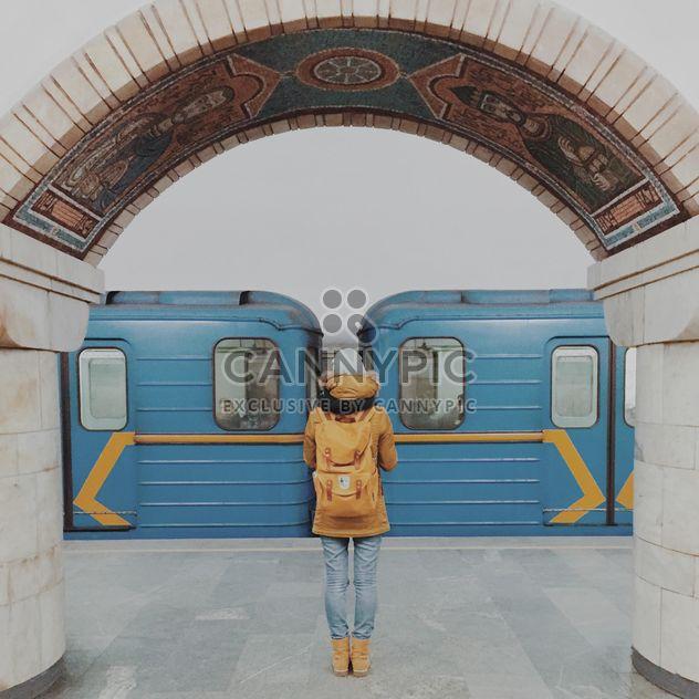 Mädchen stehen auf der Plattform an der u-Bahn-Station - Kostenloses image #363699