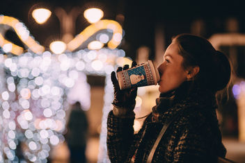 Girl drinking coffee in winter - image gratuit #407379