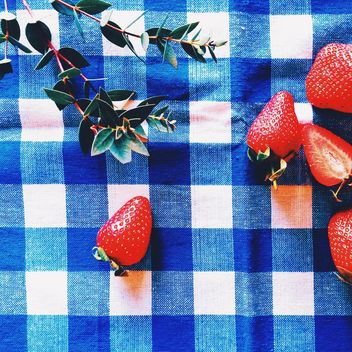 Fresh strawberries and twigs of green plant - Kostenloses image #136469