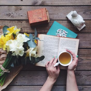 Books, flowers and cup of tea - image #136539 gratis