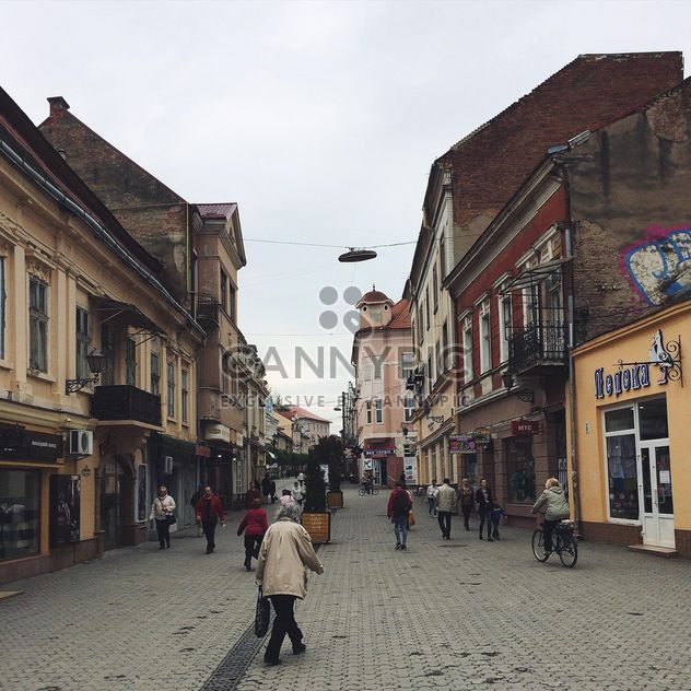 Architecture and people in streets of Uzhgorod - image gratuit #136549