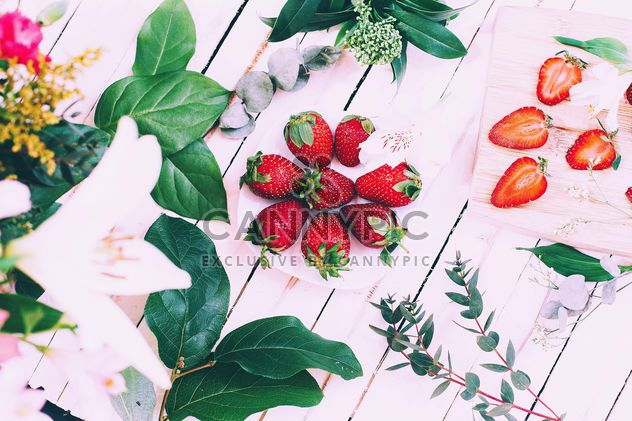 Fresh strawberries, flowers and green leaves - бесплатный image #136609