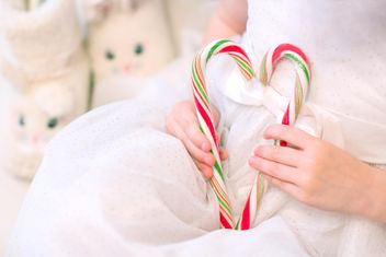 Candies in small girl's hands - image gratuit #182559