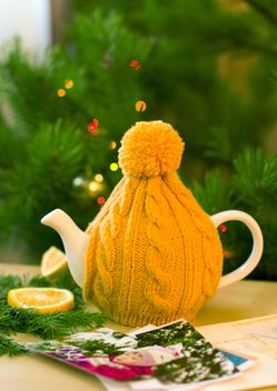 Teapot in knitted hat - image #182619 gratis