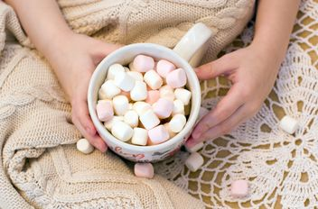 Girl holding a cup with marshmallows - image #182649 gratis