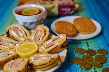 Sweet roll, lemon, cookies and coins - image gratuit #182819