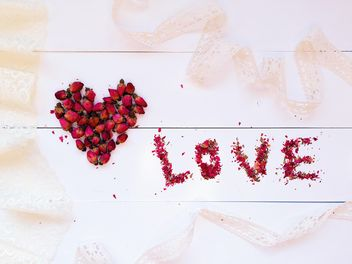 Heart made of small rose buds and word love - бесплатный image #184239