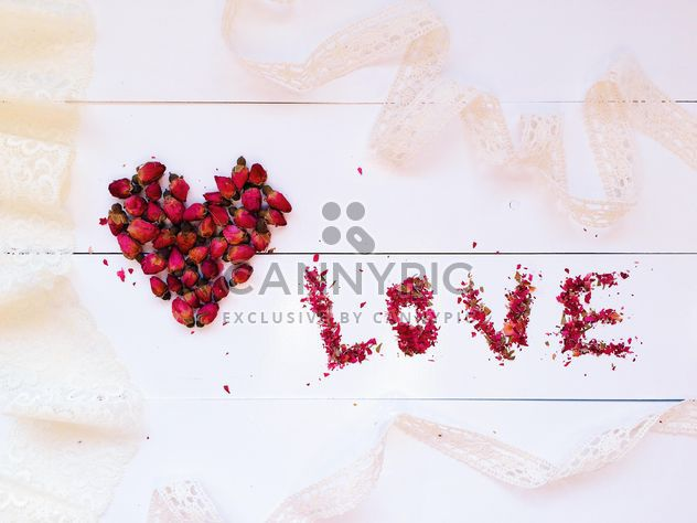 Heart made of small rose buds and word love - Kostenloses image #184239