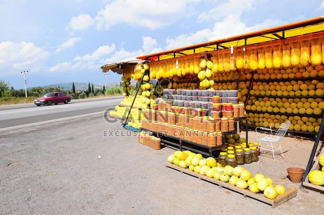 Melon and olive market by the roadside - image #185949 gratis