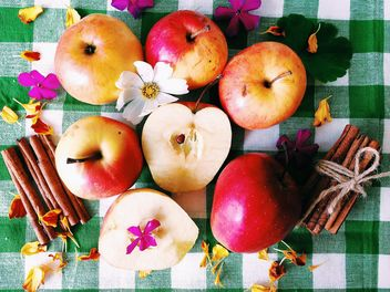 Apples, cinnamon sticks and flowers - image #186619 gratis