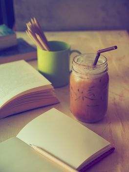 Ice coffee and notebooks - image gratuit #186899