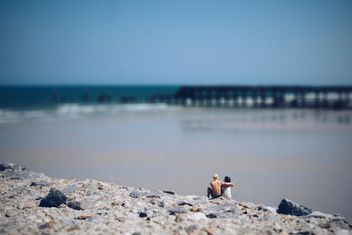 Miniature people on the beach - image #187139 gratis