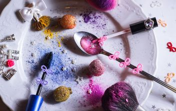 colored sequins in a spoon and a plate - бесплатный image #187289