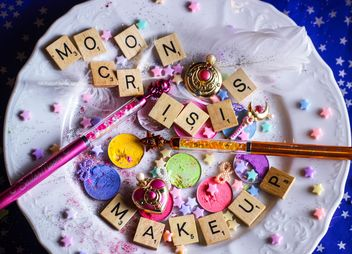 Plate decorated with makeup powder and pens - image #187409 gratis