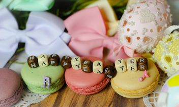 Macaroons, Easter decorations and message Happy Easter - бесплатный image #187579
