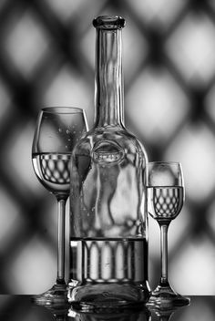 Goblets and bottle on gray background - image #187729 gratis