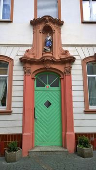 Facade of house with green door - image #187869 gratis