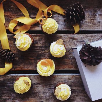 Christmas cupcakes, pine cones and ribbon - image gratuit #198459