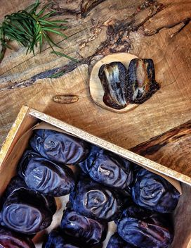 Dried dates in box - image gratuit #198989