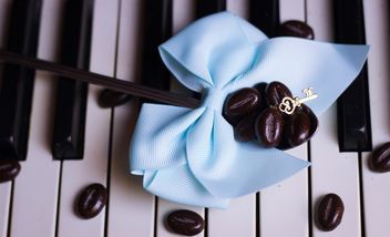 Coffee beans on piano - image gratuit #200929