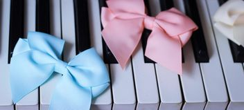 Bows Of Beads On The Piano - image gratuit #200979