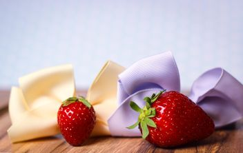 fresh strawberry with ribbons - image gratuit #201059