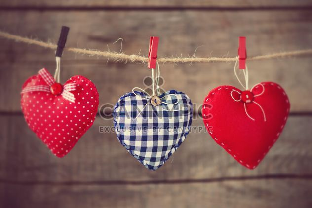 # Hearts attach to rope on wooden background - image gratuit #271619