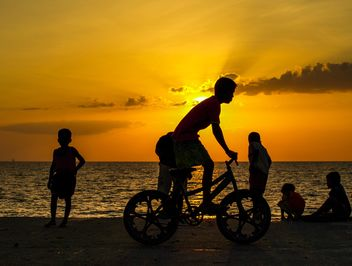 Silhouettes at sunset - image gratuit #271779