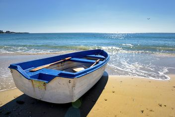 the white boat on the sand - image gratuit #272519