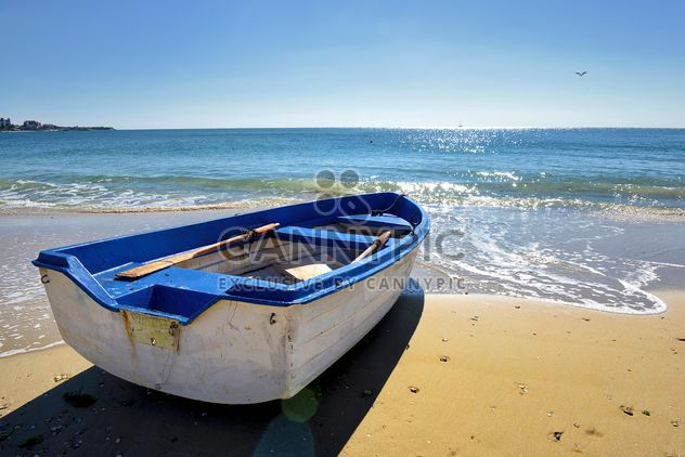 the white boat on the sand - image #272519 gratis