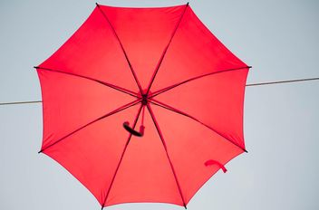 Red umbrella hanging - Kostenloses image #273079