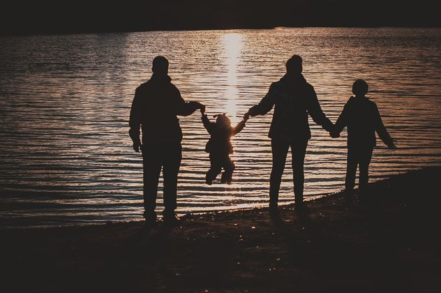 Family on shore of lake at twilight - Kostenloses image #273889