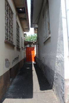 Narrow alley in Pordesar - image #292319 gratis