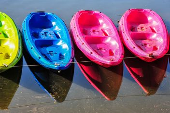 Colorful kayaks docked - image #301659 gratis