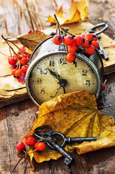 Old clock, yellow leaves and keys - image #301999 gratis