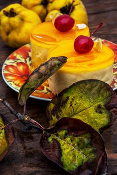 Leaves and yellow cakes - image #302069 gratis