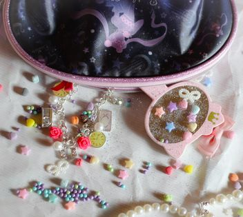Pink Makeup tools And Pearls - бесплатный image #302539