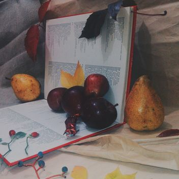 Still life of apples on a book - image gratuit #303349