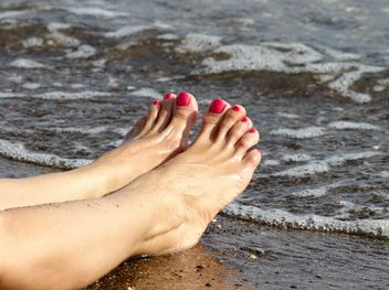 Manicured feet at the relaxing beach - бесплатный image #303749