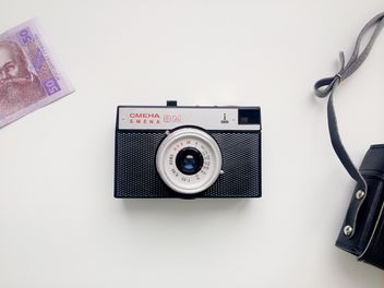 Old camera, case and money - image gratuit #304099