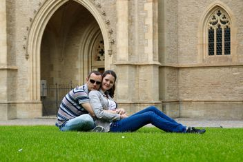 Couple on grass - image #304449 gratis