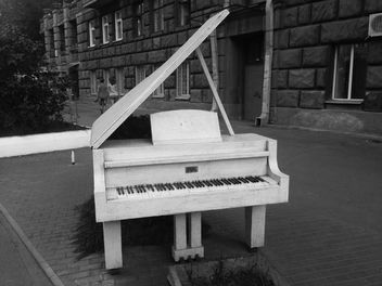 White Piano on a streets of Kiev - бесплатный image #304639