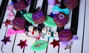 Decorated piano - Kostenloses image #304689